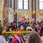 Oud en jong gaan kapelaan Van Paassen missen