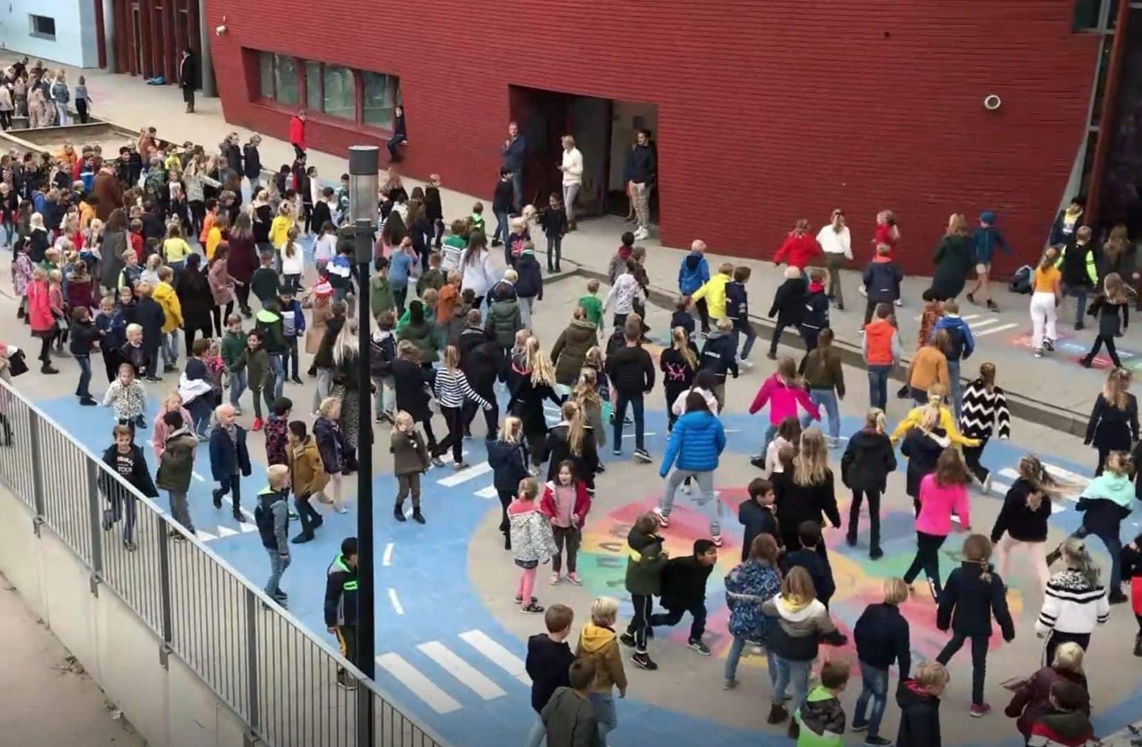 Honderden  schoolkinderen doen mee aan de Jerusalema-Challenge
