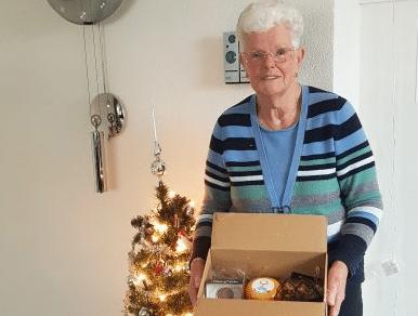 Zonnebloemgasten in Bodegraven ontvangen een kerstpakket