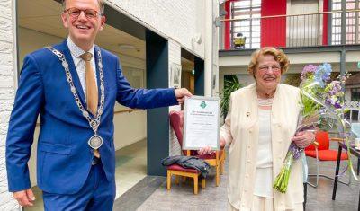 Ere dorpspenning van gemeente voor mevrouw Cok Jansen-Steenken